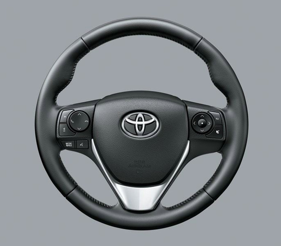 Tay lái được thiết kế 3 chấu bọc da mạ bạc. Tay lái được tích hợp các nút điều chỉnh âm thanh, màn hình hiển thị đa thông tin.